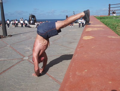 Отжимания на руках с упором ног на уровне талии и узкой постановкой рук