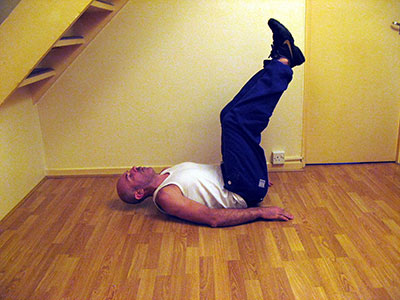 Подъем согнутых ног лежа