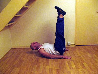 Подъем прямых ног лежа