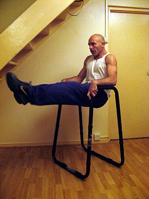 Подъем прямых ног на предплечьях